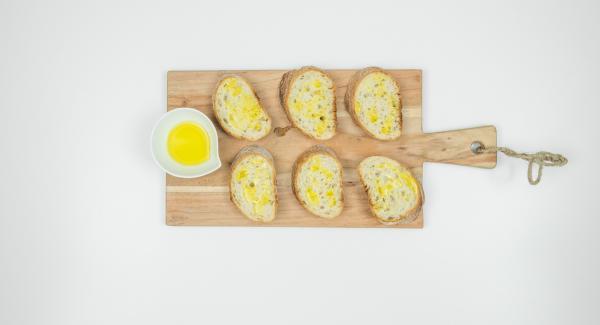 Condire le fette di pane con l'olio rimasto.