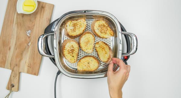 Girare le fette di pane, coprire nuovamente con il coperchio e tostare ancora per ca. 1 minuto. Estrarre le fette di pane dall'Unità e procedere con la tostatura delle restanti fette.