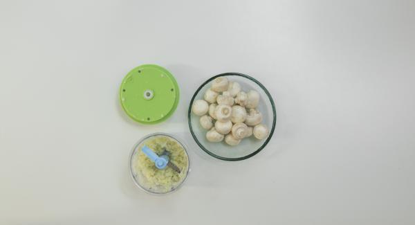Pelare le cipolle e l'aglio e tritarli nel Tritamix. Pulire i funghi con l'aiuto di un pennello o di un canovaccio.