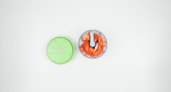 Pelare l'aglio e tagliarlo a pezzi. Lavare i pomodori e tagliarli. Tritare tutto insieme nel Tritamix, condire con sale e pepe e lasciar riposare per ca. 15 minuti.
