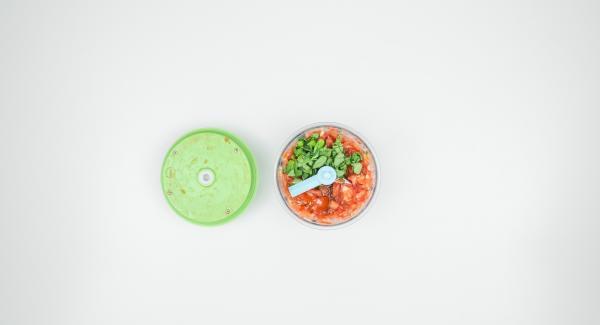 Se necessario, far sgocciolare il mix di pomodori, spezzettare le foglie di basilico, aggiungerle ai pomodori insieme a due cucchiai di olio d'oliva e tritare nel Tritamix.