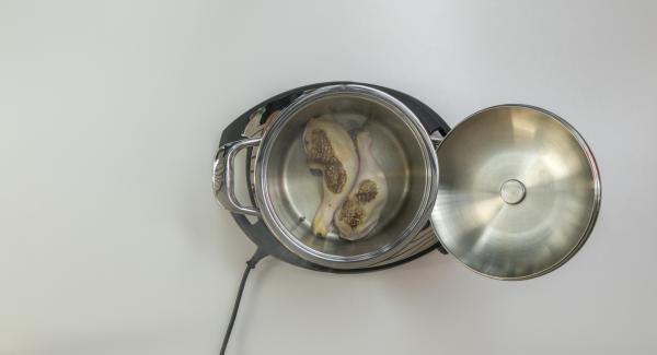 Al suono di Audiotherm, abbassare Navigenio a livello 2, posizionare le cosce di pollo all'interno dell'Unità di cottura e farle cuocere su entrambi i lati.