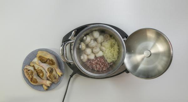 Estrarre le cosce di pollo e adagiare all'interno dell'Unità di cottura la pancetta, la cipolla, l'aglio e i funghi. Far rosolare bene il tutto.