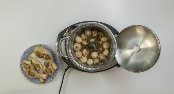 Aggiungere la passata di pomodoro e proseguire la cottura. Aggiungere i pomodori essiccati e il timo, bagnare con vino rosso e brodo di pollo. Salare e pepare. Condire anche le cosce di pollo e adagiarle nuovamente all'interno dell'Unità.