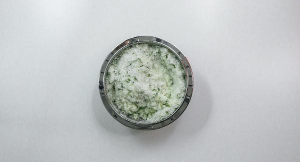 Mescolare il composto con sale grosso e albume d'uovo.