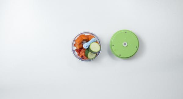 Pulire le verdure e tagliarle a pezzetti, quindi posizionarle nel Tritamix e tritarle.