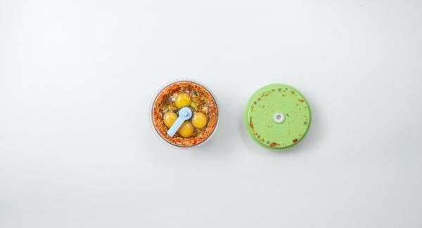 Aggiungere le uova e l'olio, insaporire con sale e pepe e mescolare tritando nel Tritamix.