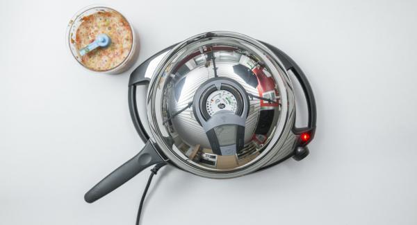 """Coprire la Padella Arcobaleno 24 cm con il coperchio e posizionarla su Navigenio impostato a livello 6. Con l'ausilio di Audiotherm riscaldare fino alla finestra """"carne""""."""