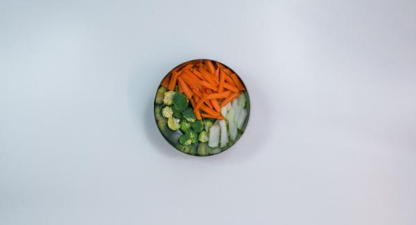 Pelare le carote e il cavolo rapa e tagliarli a julienne. Pulire i broccoli e tagliarli a rosette.