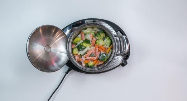 Al suono di Audiotherm, aggiungere la panna e insaporire con sale e pepe.