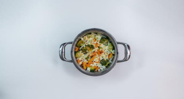 Servire le verdure cosparse con le mandorle tostate.