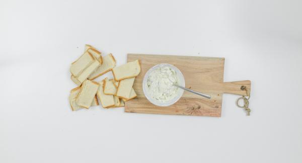 Pelare lo spicchio d'aglio e tritarlo finemente. Mescolare con la ricotta e il formaggio erborinato, salare e pepare