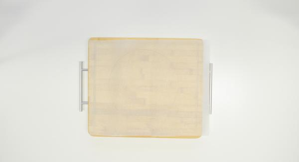Con l'ausilio di un coperchio da 24 cm, ritagliare un disco di carta da forno.
