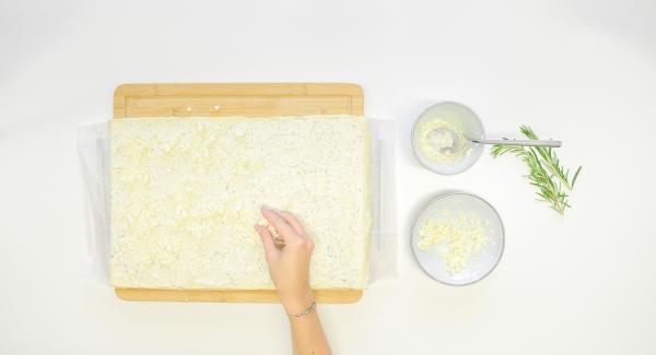 Tagliare a pezzetti la feta e distribuirla sulla pasta, poi aggiungere le erbe aromatiche.