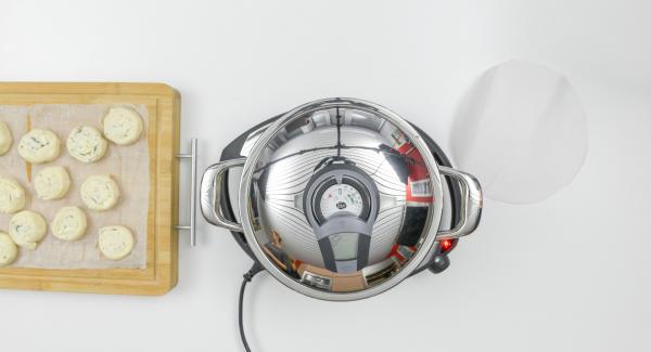 """Coprire l'Unità di cottura 24 cm 3,5 l con il coperchio e posizionarla su Navigenio impostato a livello 6. Con l'ausilio di Audiotherm riscaldare fino alla finestra """"carne""""."""