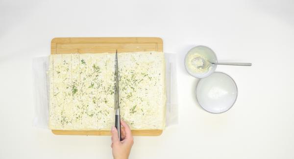 Tagliare la pasta a striscioline di ca. 2 cm e arrotolarle. Appiattire leggermente i rotolini.