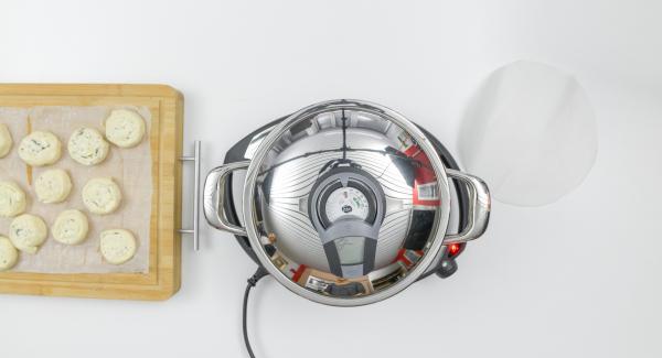 Al suono di Audiotherm, inserire il disco di carta da forno all'interno dell'Unità e adagiarvi le girandole.
