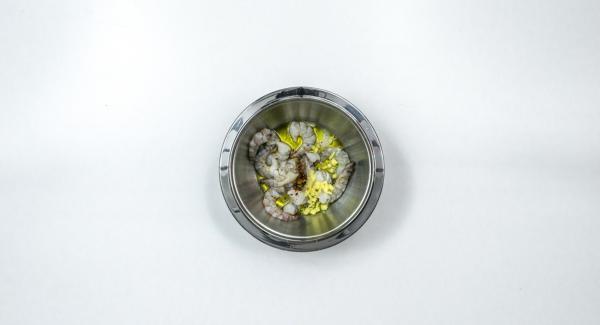 Pelare lo zenzero e tagliarlo a cubetti. Condire i gamberi con olio di oliva, peperoncino in polvere e succo di limone. Lasciar marinare per ca. 1 ora.