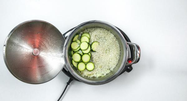Inserire il riso e le zucchine all'interno dell'Unità e proseguire brevemente la rosolatura. Aggiungere il brodo vegetale, mescolare e chiudere l'Unità di cottura con Secuquick 24 cm.