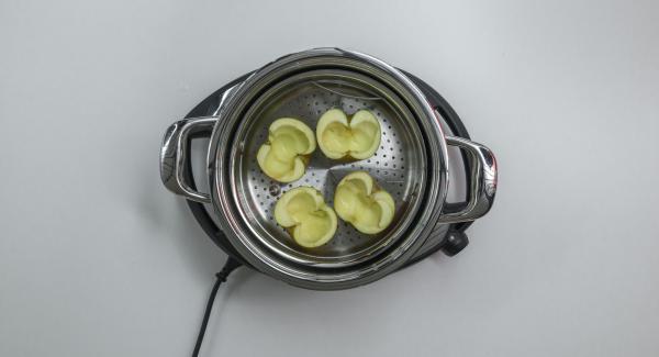 Versare dell'acqua (ca. 150 ml) all'interno dell'Unità di cottura 24 cm 5,0 l. Lavare le mele, tagliarle a metà, togliere il torsolo e adagiarle nella Softiera. Inserire quest'ultima all'interno dell'Unità di cottura e coprire con EasyQuick.