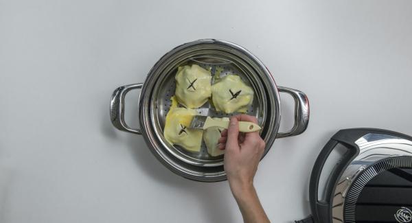 Riempire le mele tagliate a metà con noci di pecan e mirtilli rossi. Coprire ogni mela con un quadrato di pasta sfoglia e spennellare con l'uovo sbattuto.
