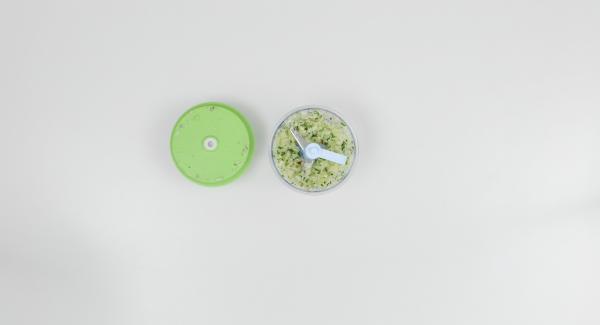 Pelare l'aglio e la cipolla, pulire il peperoncino e tritarli finemente nel Tritamix insieme alle foglioline di origano.