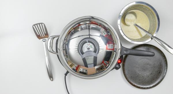 Cuocere il primo lato con l'ausilio di Audiotherm fino al raggiungimento del punto di girata a 90°C. Girare il pancake, coprire con il coperchio e terminare la cottura raggiungendo nuovamente i 90°C. Ripetere il procedimento con il restante impasto per ottenere in totale 6 pancakes. Tenerli in caldo.