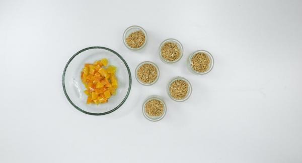 Tagliare a pezzetti i filetti di arancia e distribuirli sul composto di biscotti.
