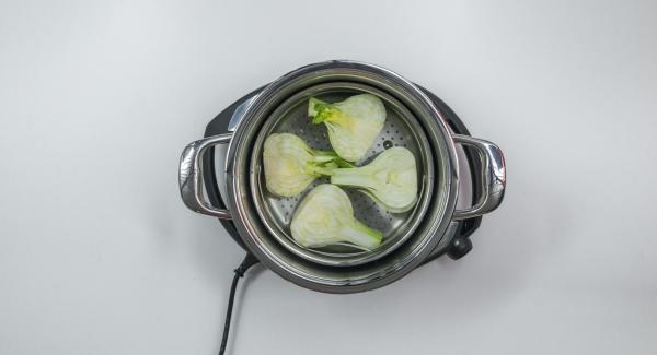 Versare all'interno dell'Unità di cottura 24 cm 5,0 l mezza tazza di acqua e il vino. Pulire i finocchi, tagliarli a metà per il lungo e adagiarli nella Softiera. Inserire la Softiera nell'Unità e coprire con Secuquick 24 cm.