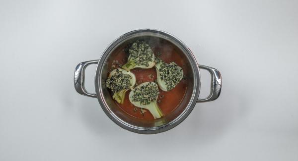 Posizionare l'Unità nel suo coperchio capovolto e adagiare i finocchi nella salsa di pomodoro. Distribuire il composto alle olive sui finocchi.