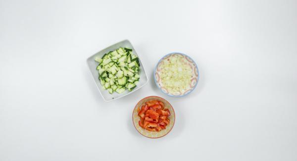 """Pulire la zucchina, il peperone e la cipolla e tagliarli finemente. Adagiare la cipolla all'interno di un'Unità di cottura piccola e posizionare quest'ultima su Navigenio impostato a livello 6. Con l'ausilio di Audiotherm riscaldare fino alla finestra """"carne""""."""