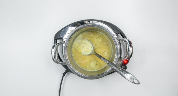Aggiungere il burro e lasciar sciogliere. Versare la farina, dorare leggermente, aggiungere man mano il brodo, il fondo di cottura della cicoria e il latte. Far bollire per qualche minuto.