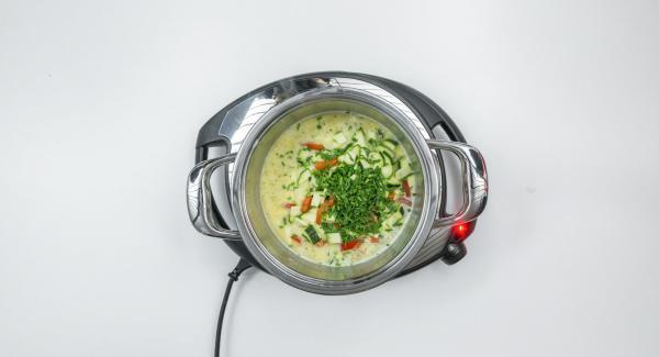 Aggiungere la metà del formaggio, insaporire con sale, pepe e noce moscata. Tagliare finemente l'aglio orsino o l'erba cipollina e aggiungerla insieme ai cubetti di verdura.