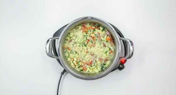 Avvolgere la cicoria nelle fette di prosciutto, adagiarla nuovamente nell'Unità, cospargere con la salsa al formaggio e distribuire sopra il formaggio rimanente.