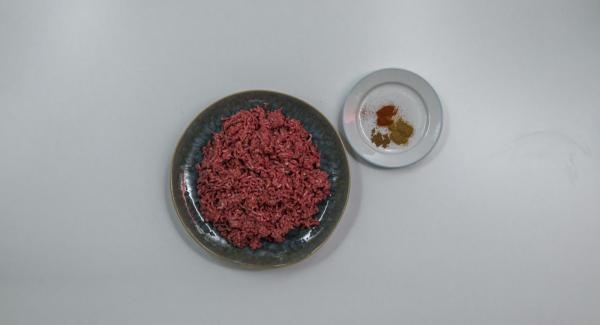 Insaporire la carne macinata con le spezie.