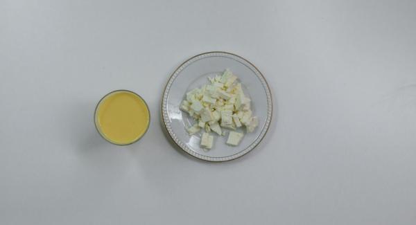 Montare le uova con il latte e insaporire con sale e pepe. Tagliare le feta a cubetti.