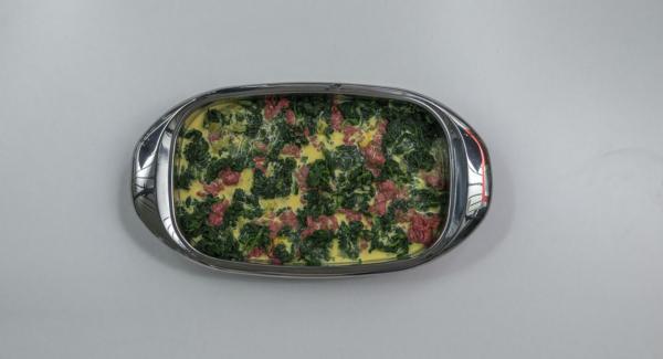 Versarvi le uova sbattute con il latte, guarnire con il formaggio e i pinoli e cuocere in forno per ca. 40 minuti.