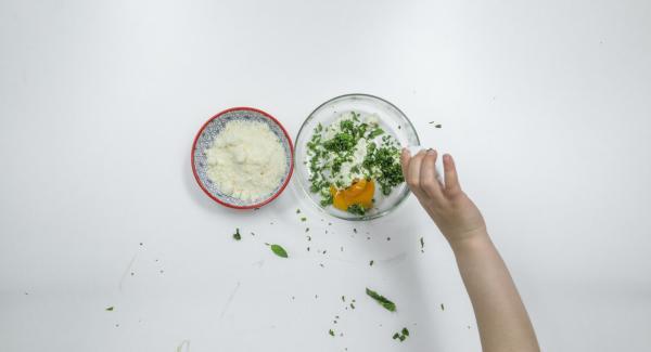 Tritare finemente le foglie di basilico e mescolarle con la ricotta o il formaggio fresco, il parmigiano e il tuorlo d'uovo.