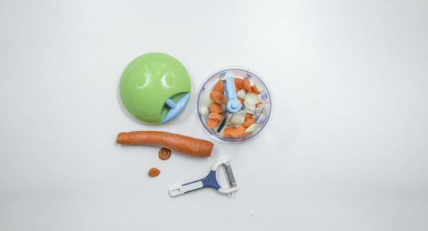 Per la salsa, pelare la cipolla, l'aglio e la carota. Tritare il tutto finemente nel Tritamix e inserire il trito all'interno dell'Unità di cottura 20 cm 3,0 l. Posizionare l'Unità su Navigenio.