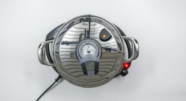Al suono di Audiotherm, abbassare Navigenio a livello 2, lasciar rosolare il trito e aggiungere i pomodori e il brodo vegetale.