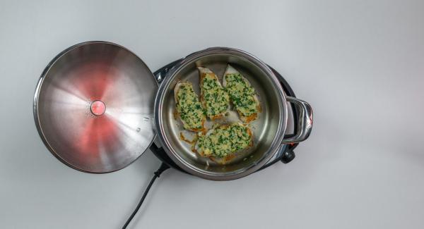 Girare la carne, coprire con il coperchio e cuocere il secondo lato fino a raggiungere nuovamente il punto di girata. Insaporire la carne, distribuirvi sopra il mix di prezzemolo e schiacciare leggermente.