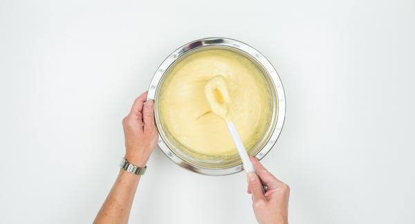 Mescolare le uova con la farina e mezzo cucchiaino di sale. Impastare aggiungendo acqua in quantità adeguata affinché l'impasto formi delle bolle e scivoli dal cucchiaio.
