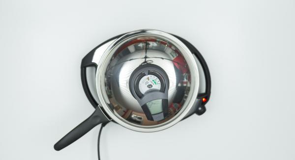 Al suono di Audiotherm, abbassare Navigenio a livello 2 e rosolare la cipolla. Rimuovere la Padella da Navigenio e tenerla da parte.
