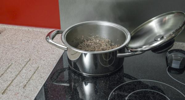 Al suono di Audiotherm, abbassare il calore e far rosolare un po' alla volta i cubetti di pancetta e la carne.