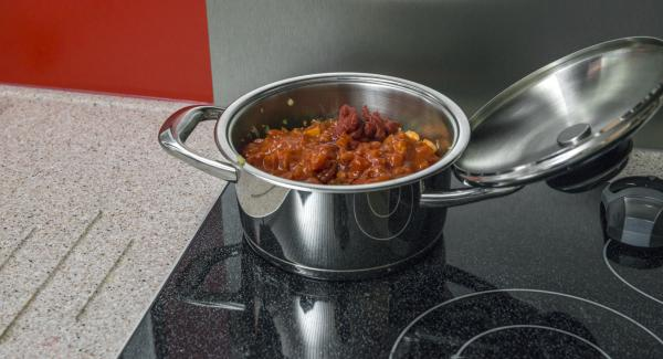 """Aggiungere i funghi porcini e i restanti ingredienti, aggiungere il brodo di carne e mescolare. Scaldare l'Unità a calore massimo fino alla finestra """"verdura"""" con l'ausilio di Audiotherm, abbassare il calore e cuocere impostando un tempo di cottura di circa 20 minuti."""
