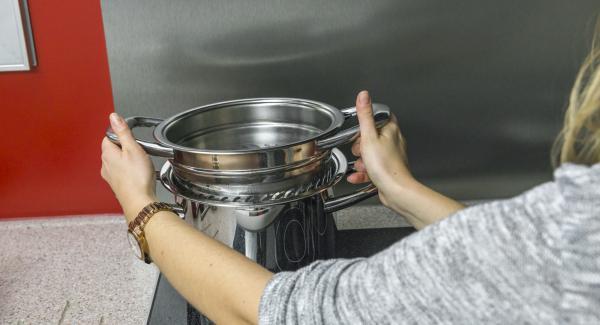 Estrarre l'inserto NonSoloPasta dall'Unità, scolare e buttare l'acqua di cottura. Far sgocciolare bene la pasta e rimetterla nell'Unità.