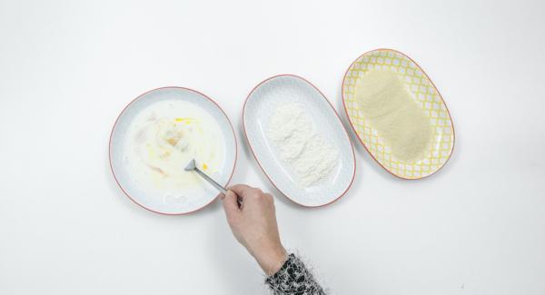 Montare l'uovo con il latte in un piatto fondo. Versare in un altro piatto la farina e in un terzo piatto il pangrattato.