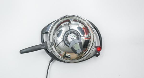 """Versare l'olio per friggere nella Padella Arcobaleno 24 cm 2,0 l, coprire con il coperchio e posizionare la Padella su Navigenio impostato a livello 6. Con l'ausilio di Audiotherm riscaldare fino alla finestra """"carne""""."""