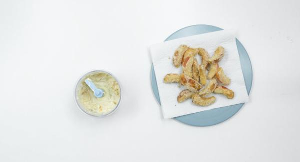 Tritare insieme tutti gli ingredienti nel Tritamix. Servire le mele ancora calde con la salsa in accompagnamento.