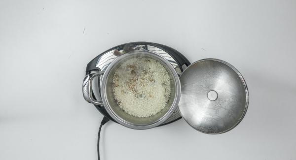 Al suono di Audiotherm, abbassare Navigenio a livello 2, aggiungere il riso e rosolare insieme allo scalogno.